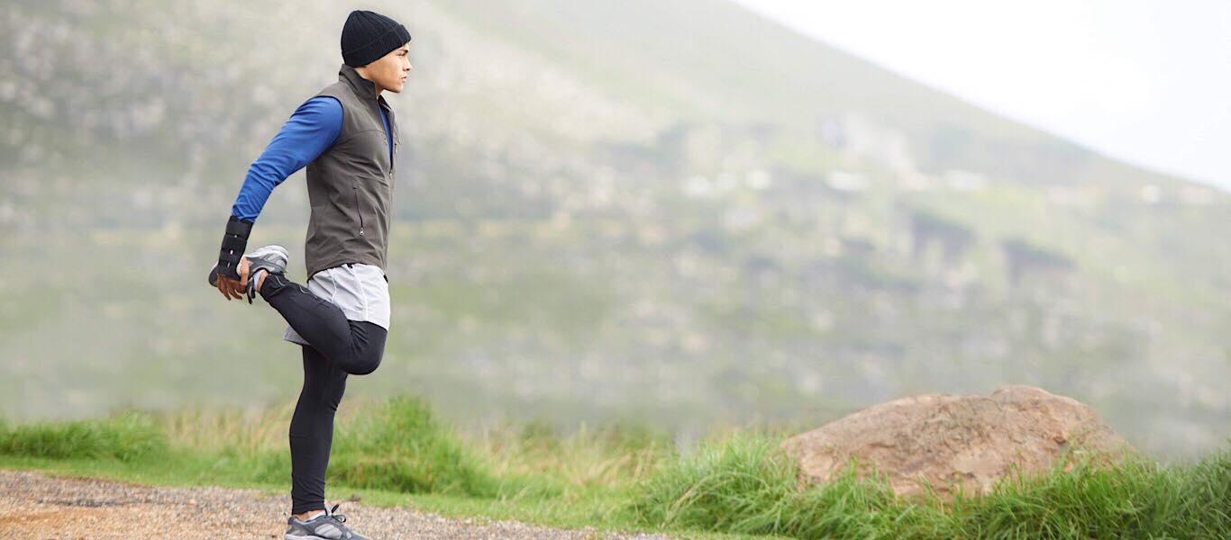 Mann der sich vor dem Laufen aufwärmt
