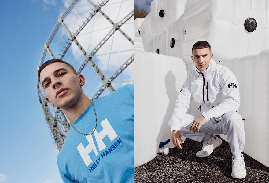 Links: Ein Mann trägt ein blaues Helly Hansen T-Shirt. Rechts: Der Mann trägt einen weißen Helly Hansen Trainingsanzug.