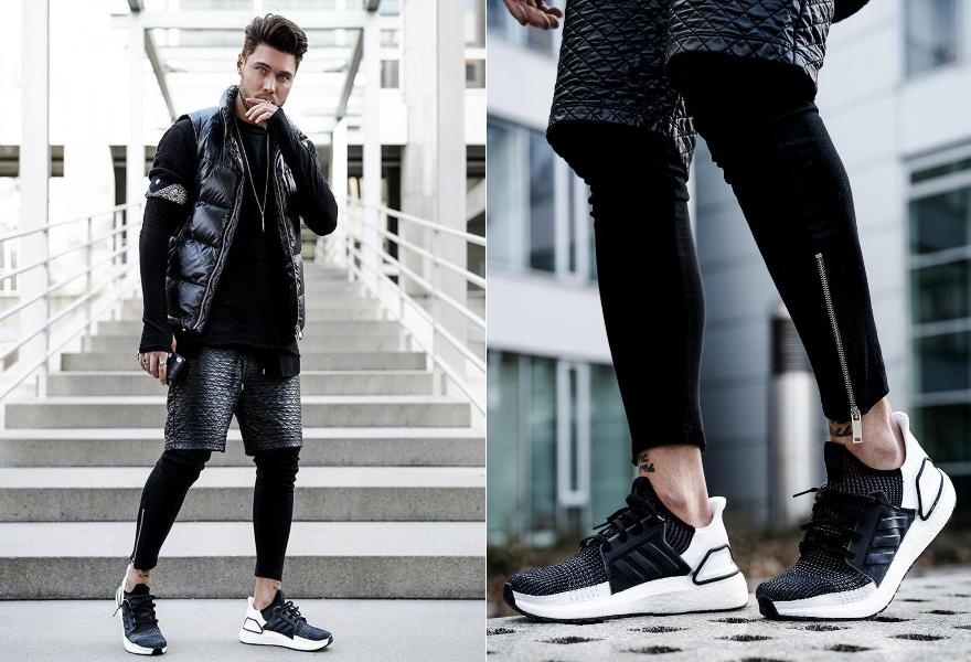Männlicher Influencer in sportlichem Outfit mit dem Ultra Boost 19