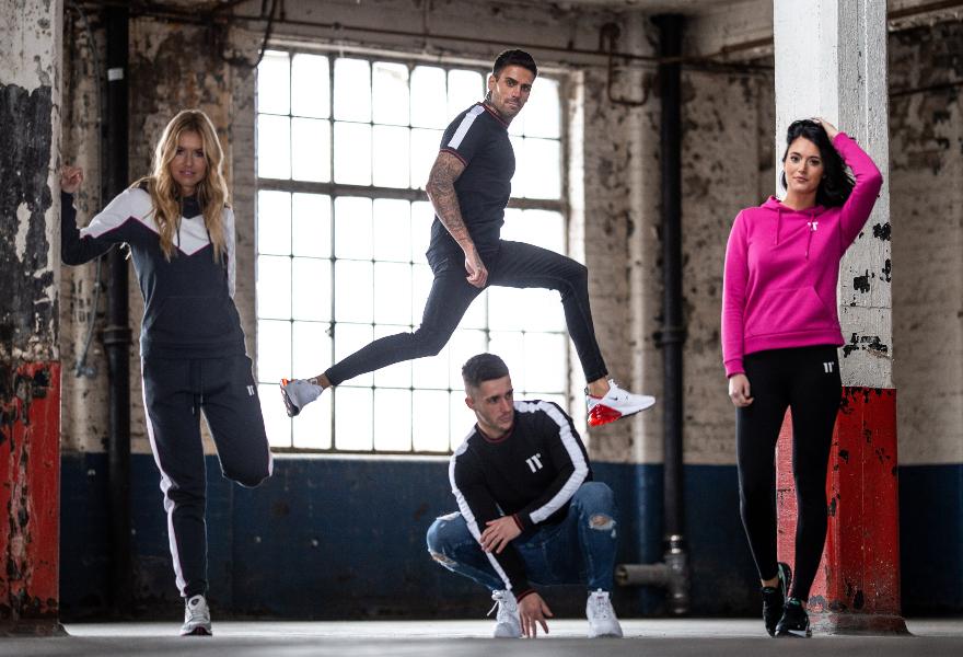 Männliche und Weibliche Models in Sweatshirts, Trainingshosen und Leggins von 11 Degrees