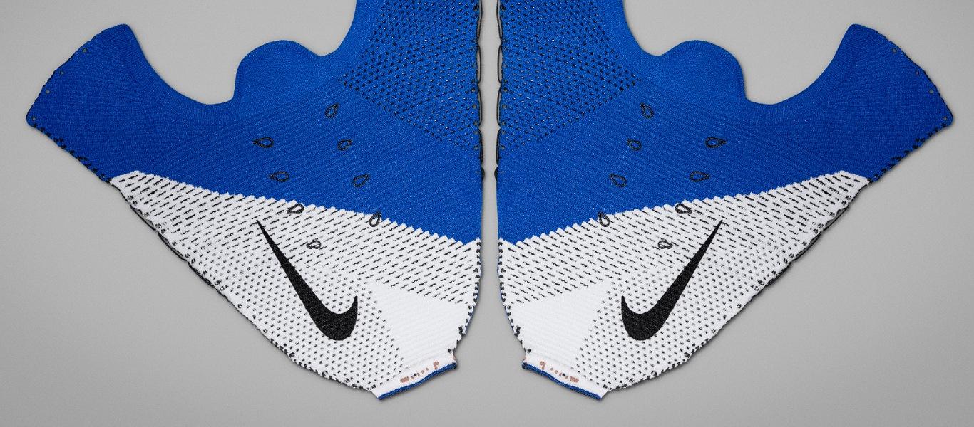 Flyknit Material in blau und weiß auf dem Boden liegend