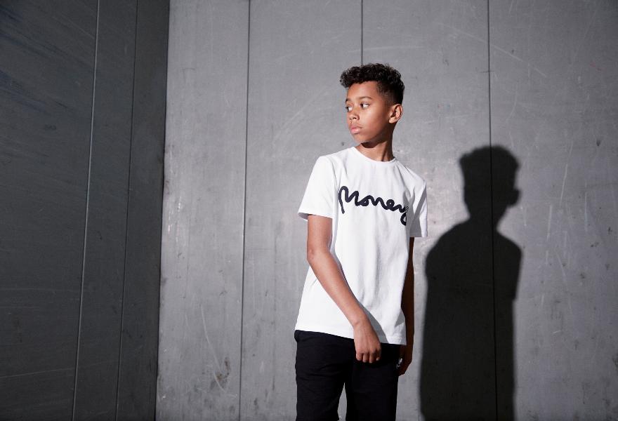Junge in weißem T-Shirt von Money Clothing