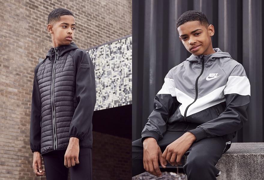 Junge mit Jacken, rechts Jacke von Sonneti, links mit Jacke von Nike