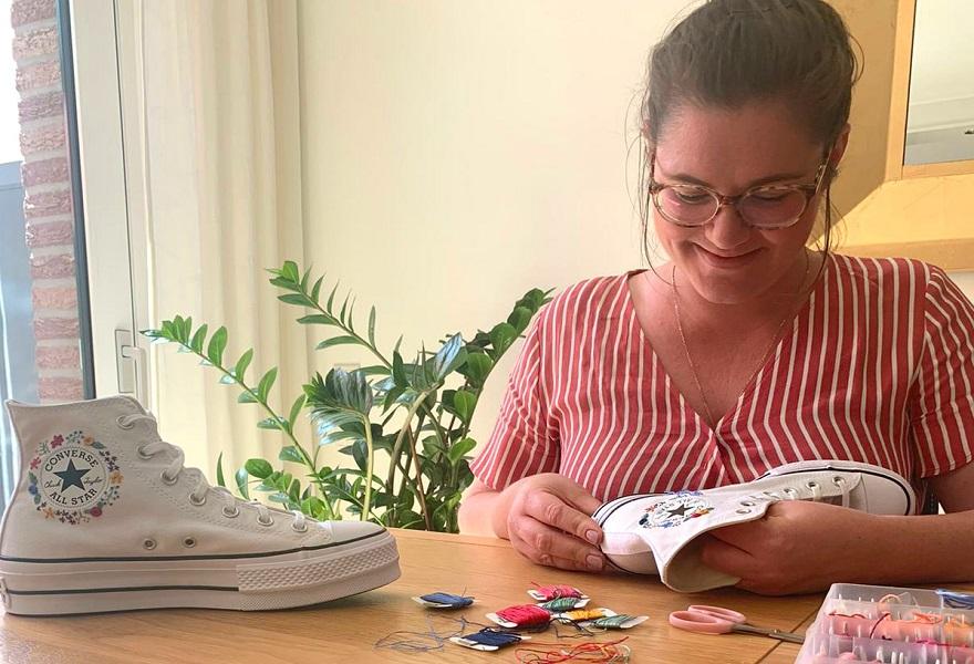 Jenni Dargel von Sonntagskreavität beim Besticken von Converse Sneakern